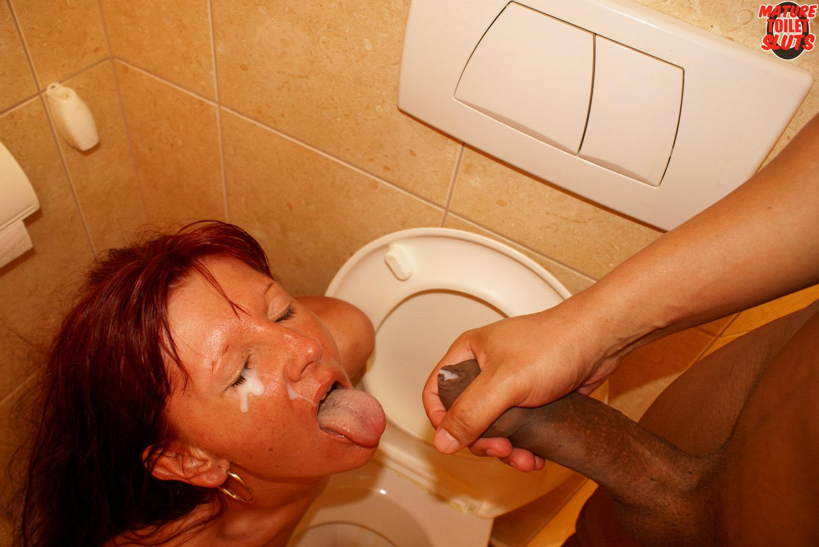 Сюрприз в туалете секс, Сходила в туалет получив неожиданный подарок порно 1 фотография
