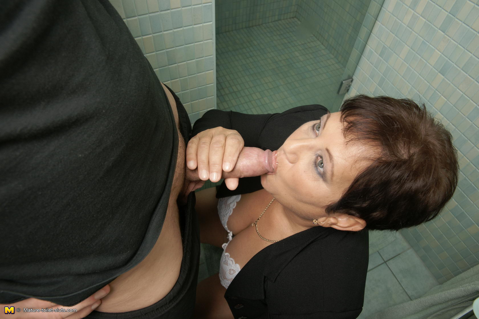 Сын в туалете красивая 15 фотография