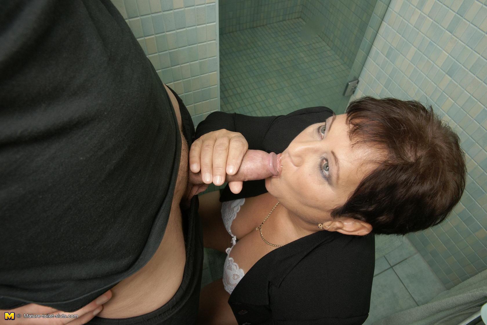 Незнакомка Сосет В Туалете