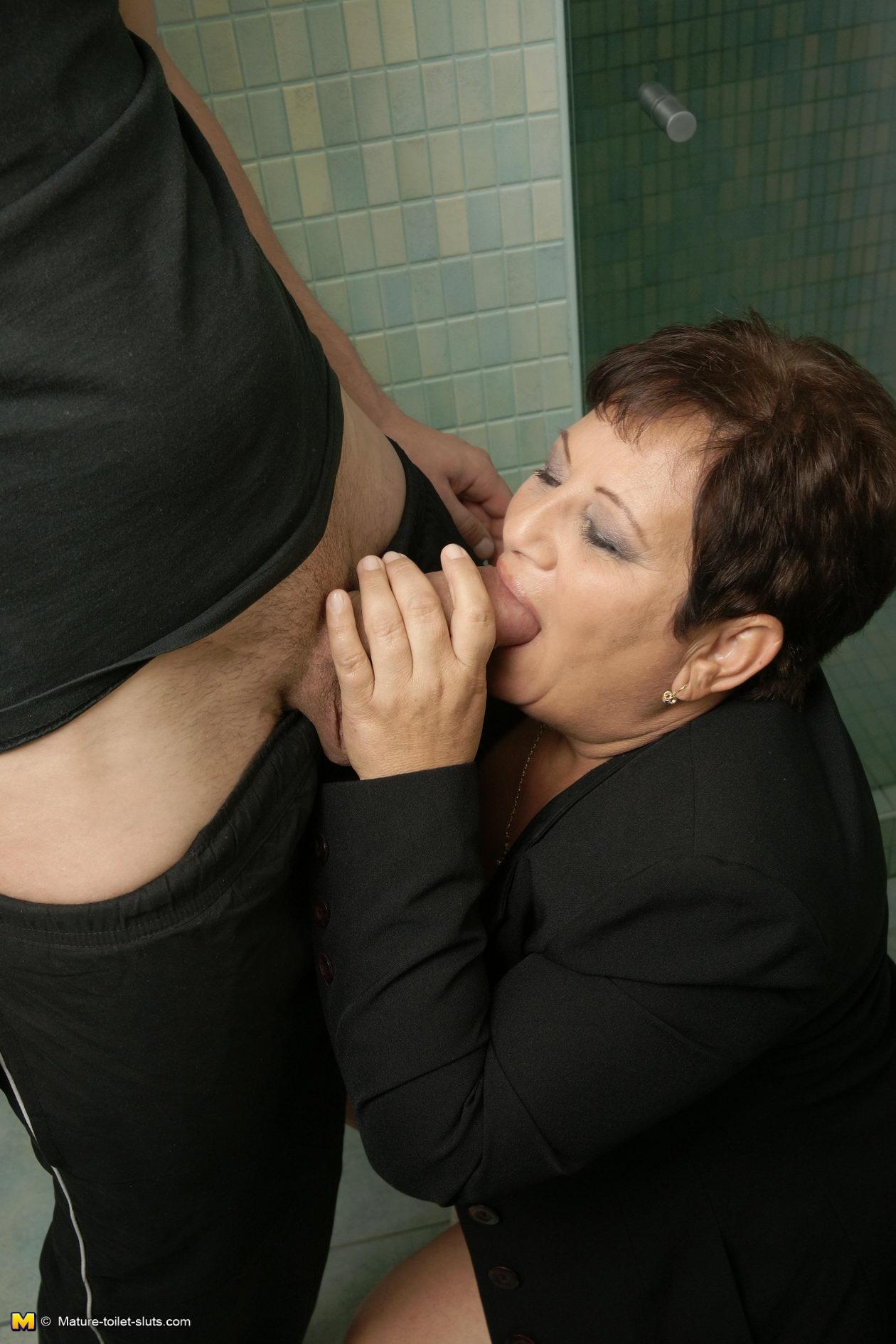 Старуху прут в общественном туалете 16 фотография