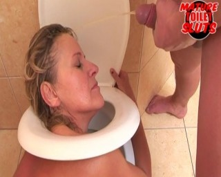 Horny mature nympho doing kinky shit on the toilet