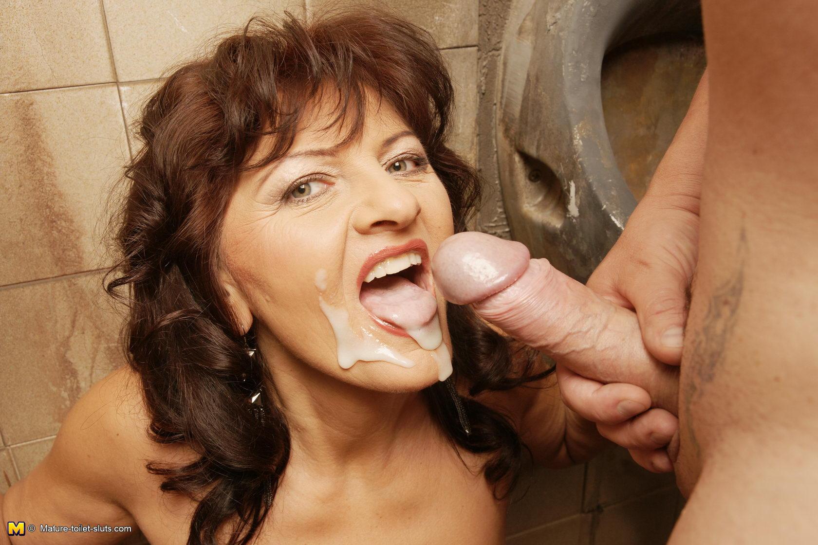 Случайный секс в туалете онлайн 19 фотография